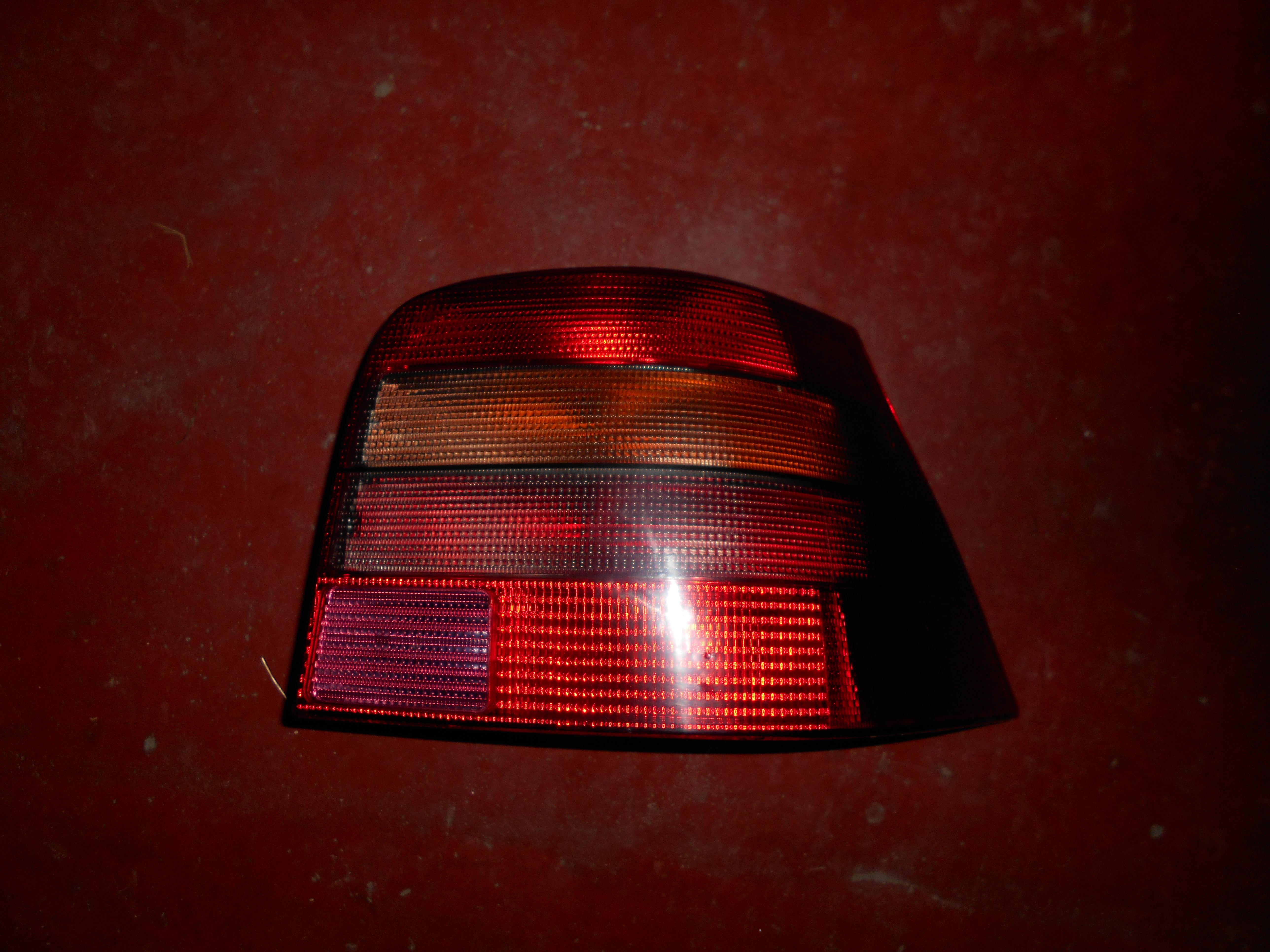 25€ Volkswagen Golf 4 achterlicht rechts, grijs type.